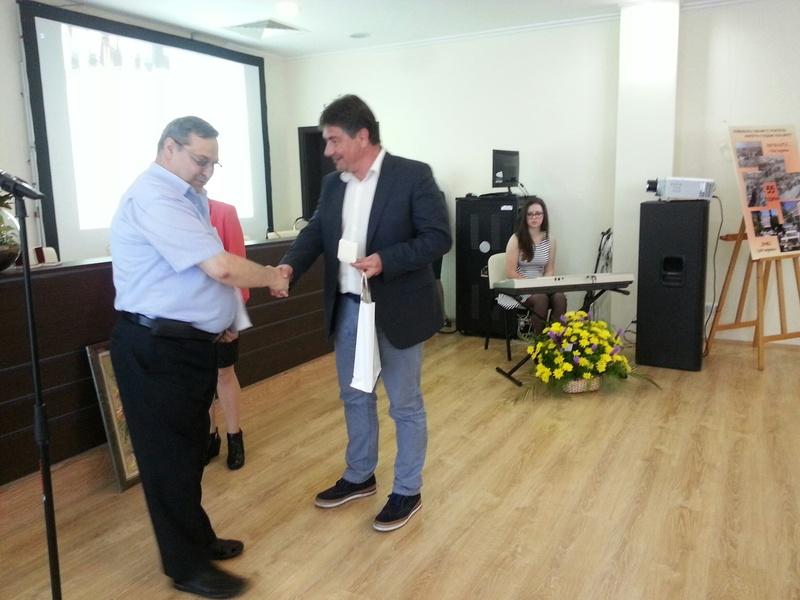 Директорът на гимназията Веселин Пъйнев връчи почетен знак на народния представител Костадин Марков.