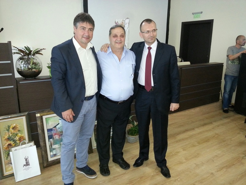 Депутатът Костадин Марков и областният управител Вълчо Чолаков с директора на гимназията Веселин Пъйнев (в средата). И двамата са бивши ученици.