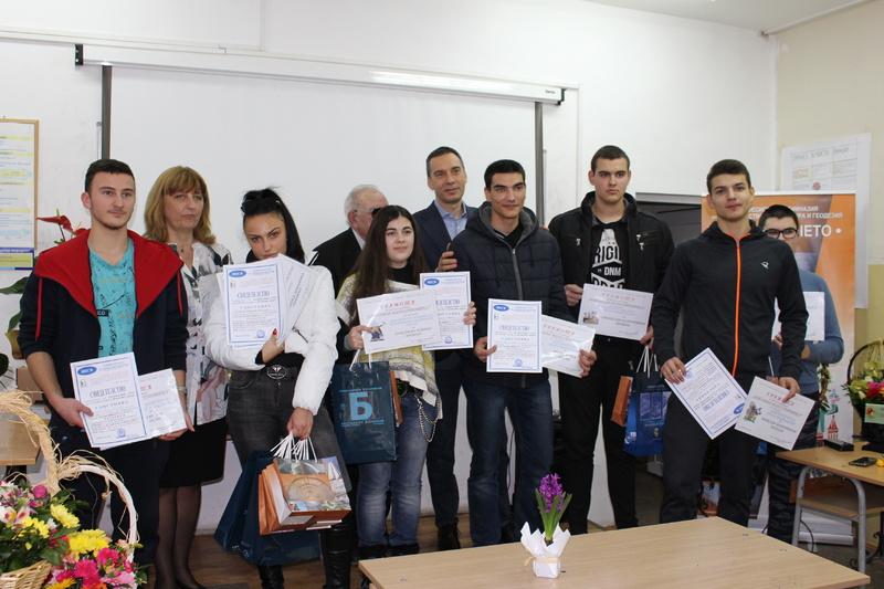 Кметът на Бургас Димитър Николов награди най-добрите млади строители и цветари